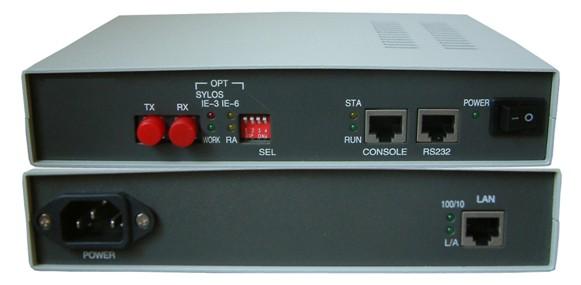 产品简介: FOM-Eth光纤调制解调器是一种高性能、多功能的二层交换设备,内置高性能的三端口交换引挚,实现两个以太网端口与E1端口之间的相互交换。本产品集光纤收发器、以太网桥和E1光纤调制解调器的功能于一身,作为以太网的延伸设备,FOM-Eth光纤调制解调器利用现有网络所提供的E1通道,用较低的成本实现两个以太网互联。 在以太局域网(LAN)端提供10/100Base-Tx电口和100Base-Fx光口,可实现MAC地址自动学习和地址过滤、地址表维护、流量控制等多项功能,两端口间可直接进行数据转发,等